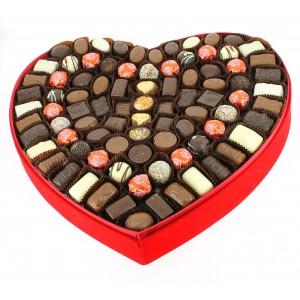 Coeur géant velours rouge garni de Chocolats Léonidas.